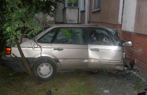 Автомобиль врезался в девятиэтажку