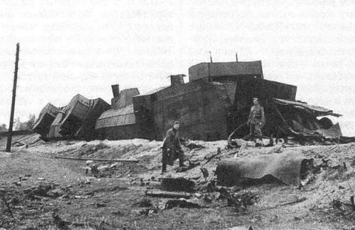 Вид сзади на разбитый бронепоезд «Маршал Буденный». Сентябрь 1941 года.