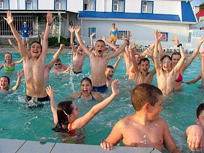Діти у басейні