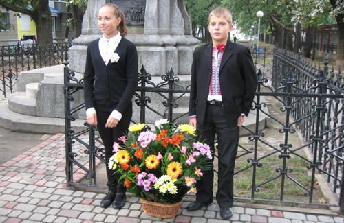 Учні першого ліцею ім. Котляревського біля пам'ятнику Івану Котляревському