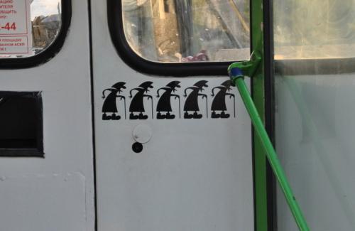 У міському транспорті пільговики виживають за законами джунглів