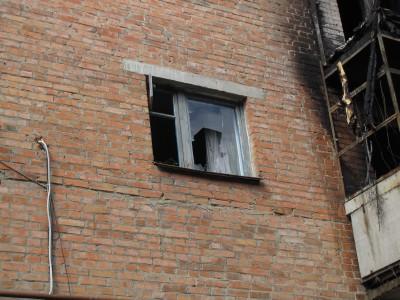 По газовій трубі юнак піднявся до кухонного вікна постраждалої квартири на другому поверсі, розбив скло і витягнув дитину.