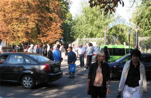 Сегодня утром возле полтавского стадиона «Динамо» наблюдалось небольшое оживление