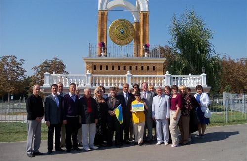Члени делегації біля Гонгу Мира