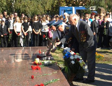 Возложением цветов у памятного знака героям-авиаторам