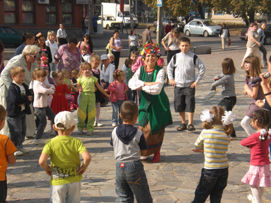 Біля лялькового театру влаштували «дитячі забави»