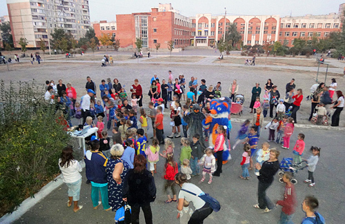 «Молоді регіони» протягом години розважили 50 дітей з мікрорайону «Левада»