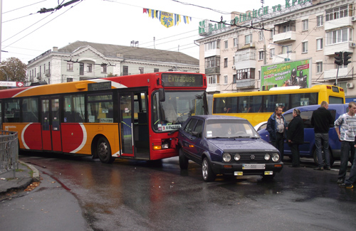 Три транспортных средства не разминулись на сложном перекрестке