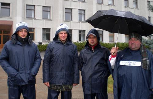 Інвестори полтавського еліта-центру ночували і голодують під облдержадміністрацією