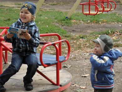Книга + карусель = радость для полтавских детей