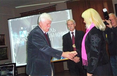 Голова журі Борис Савченко нагороджує переможця в номінації «Краща режисура» Олега Бондаренко