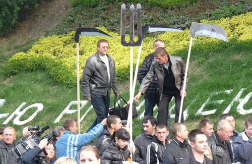 Вили та лопати біля Верховної Ради