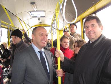 Александр Мамай и Александр Удовиченко в новом троллейбусе