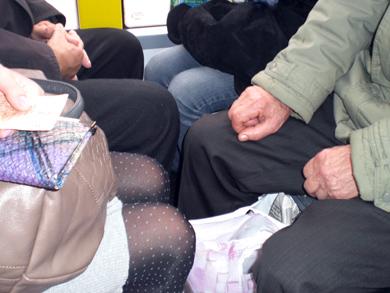 В новом троллейбусе «длинноногим» сложно