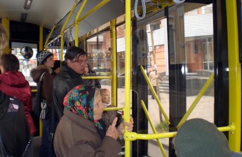 В новых полтавских троллейбусах коротконогие согласны не стоять, а длинноногие не сидеть