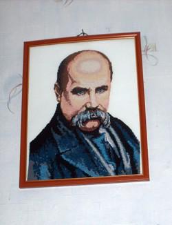 Одинаковая чёрная форма...  Портрет Шевченко, вышитый воспитанниками Кременчугской воспитательной колонииИ.