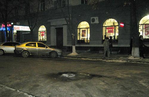 У центрі Полтави молодики розпалили вогнище та зірвали погони з міліціонера