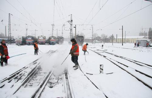 Железнодорожники ЮЖД по ночам расчищают пути