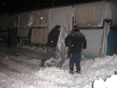 Центральний речовий ринок очищений від снігу наполовину
