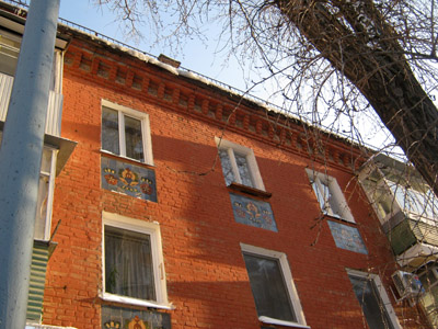 Півтораметрових льодяних «прикрас» на даху Котляревського, 11