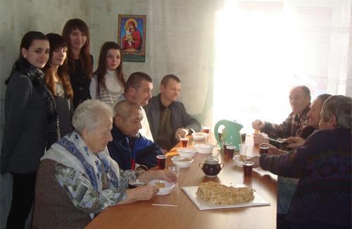 Полтавські школярі пригостили безхатченків тортом та печивом