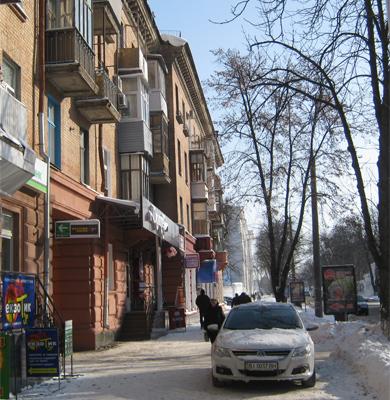 Небезпечна снігова брила на вулиці Жовтневій