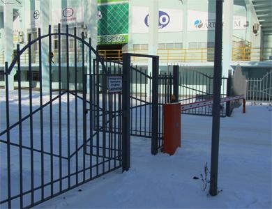 Металлический забором у стадиона «Ворскла»