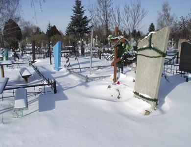 Як розчищають полтавські кладовища від снігу