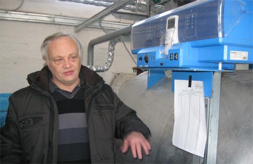 Начальник 4-го теплового району В.В. Старов демонструє нове обладнання