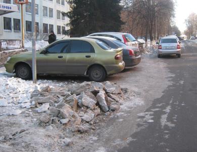 У центрі Полтави важко припаркуватися через сніг