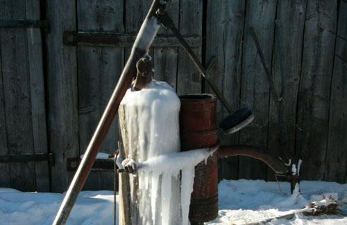 Замерзли ручные водные колонки