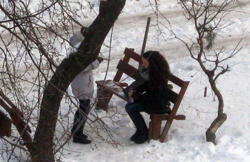 Как двум полтавчанкам скоротать время на морозе (фотофакт)