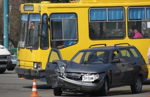 ДТП в Полтаве: троллейбус изувечил «легковушку»