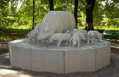 Памятник возле института свиноводства в Полтаве