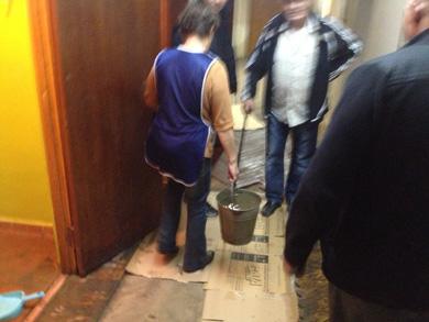 Воду з кімнат, де зберігалися бюлетені, виносили відрами