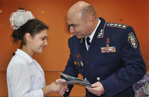 Паспорт із рук заступника міністра МВС України – Володимира Євдокимова