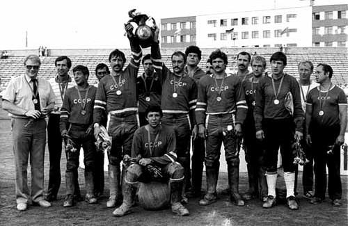 Юрий Алексенский (на мяче) – лидер сборной СССР