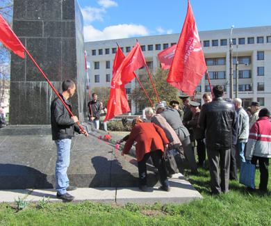Возложение ціветов Ленину