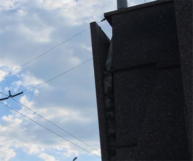 Гранитні пліти на Решетилівському шляхопроводі поступово відпадають