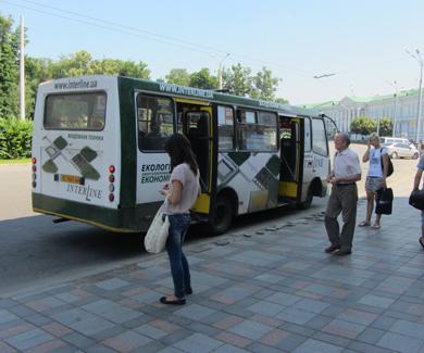 У Полтаві більшість пасажироперевізників ігнорують під'їзд до бордюру на зупинках
