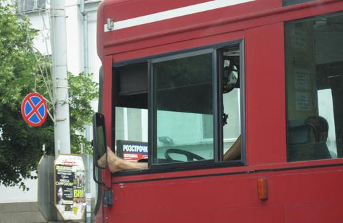 «Лишнюю» ногу водитель демонстративно выставил в окно