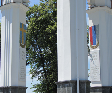 В Полтаве Петр І попирает флаг, похожий на флаг Полтавщины