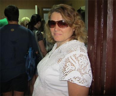 Елена Ивановна на фоне очереди внутри здания