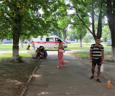 Скорая помощь удаляющаяся от здания паспортного стола