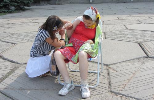 Надія Кучеренко з дочкою під стінами Полтавської ОДА