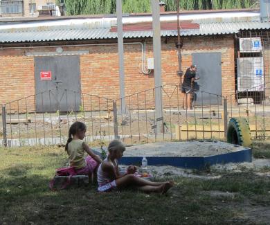 Діти граються біля будівництва