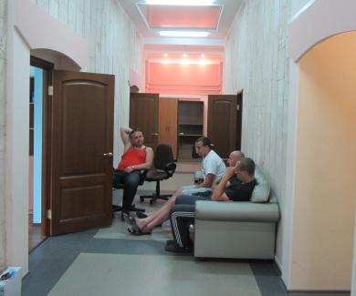 Невідомі люди в коридорі
