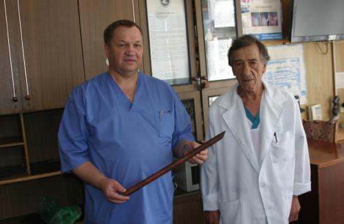 Полтавські медики витягнули із тіла жінки металеву трубу довжиною 52 см