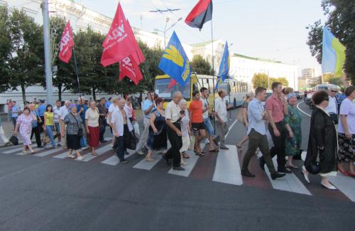 Мітингувальники переходять дорогу