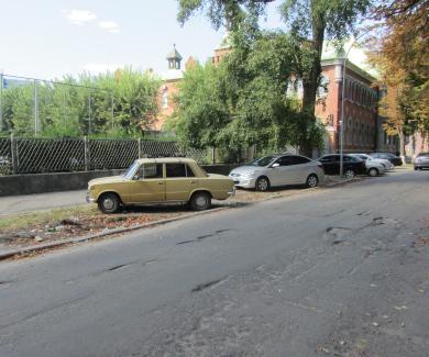 Паркування на газоні на вулиці Ляхова